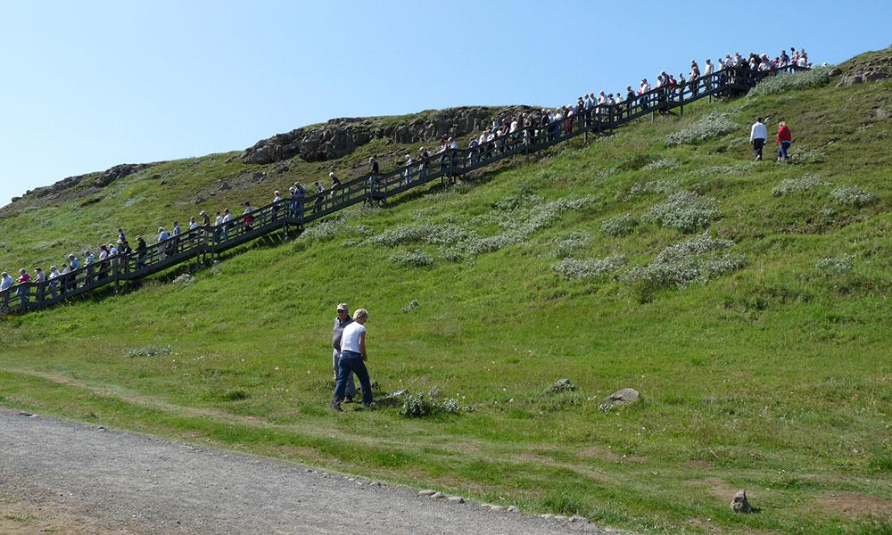 Menschenmassen kommen eine Treppe hinunter