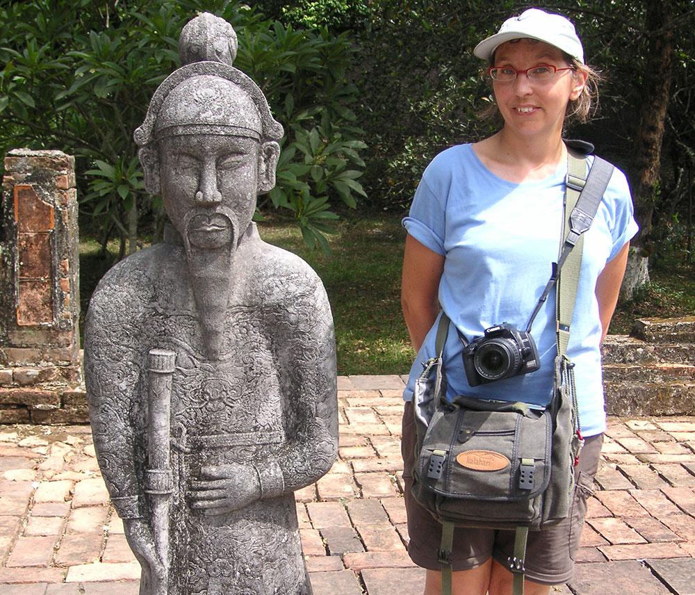 Sabine mit Kamera vor einer Statue