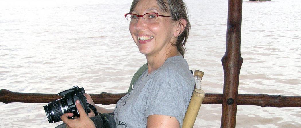 Hobby Fotografieren: Sabine auf Boot mit einer Kamera