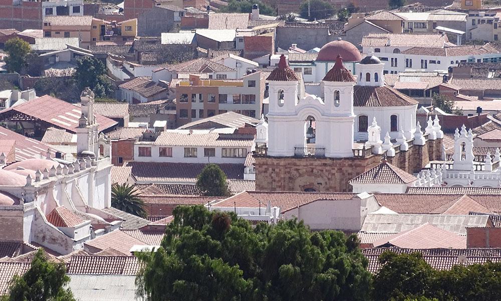 Blick über Stadt mit Kirche