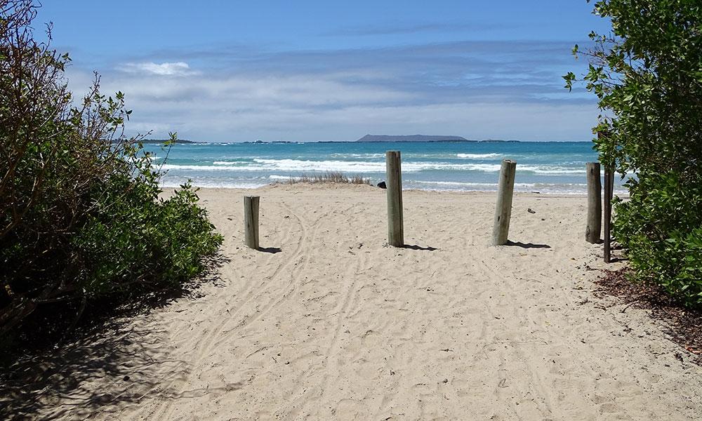 Blick vom Strand aufs Meer auf den Galapagos-Inseln, Ecuador