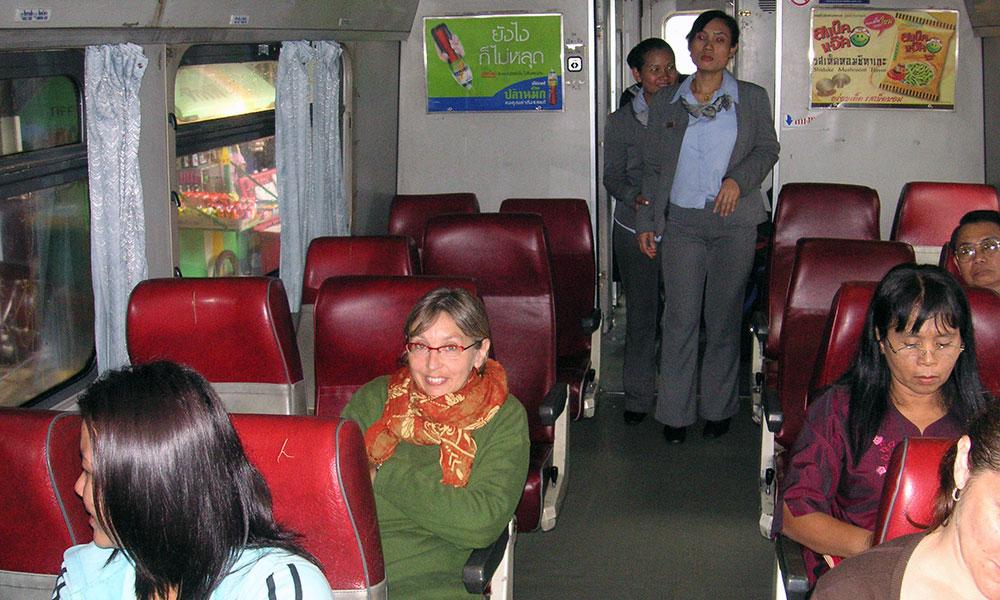 Sabine mit Schal im unterkühlten Zug in Thailand.