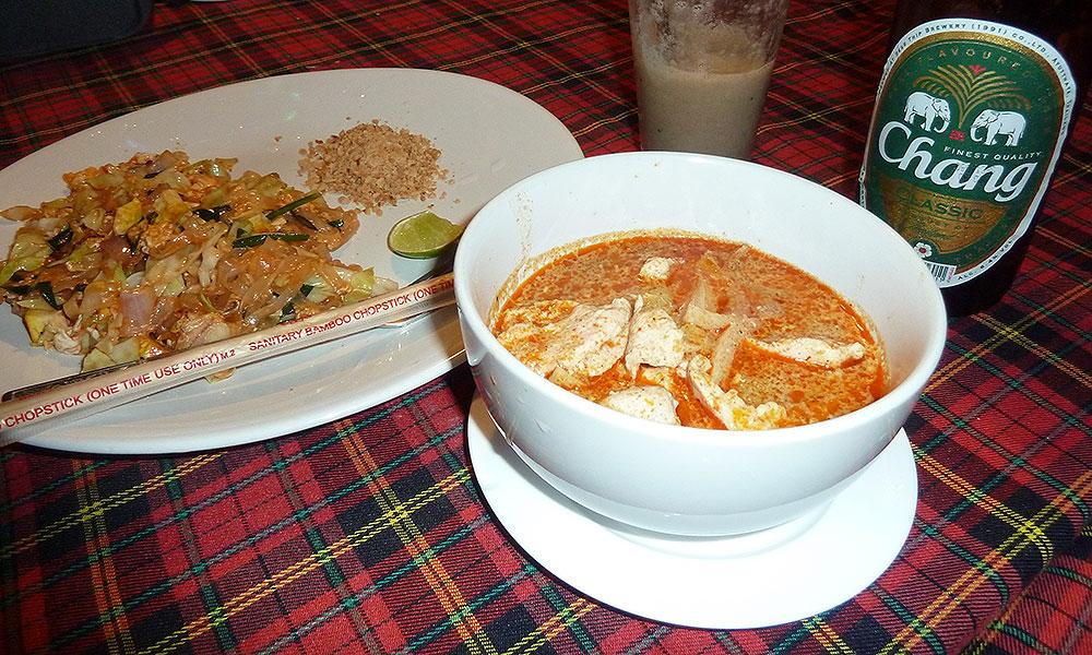 Thai-Suppe und gebratene Nudeln
