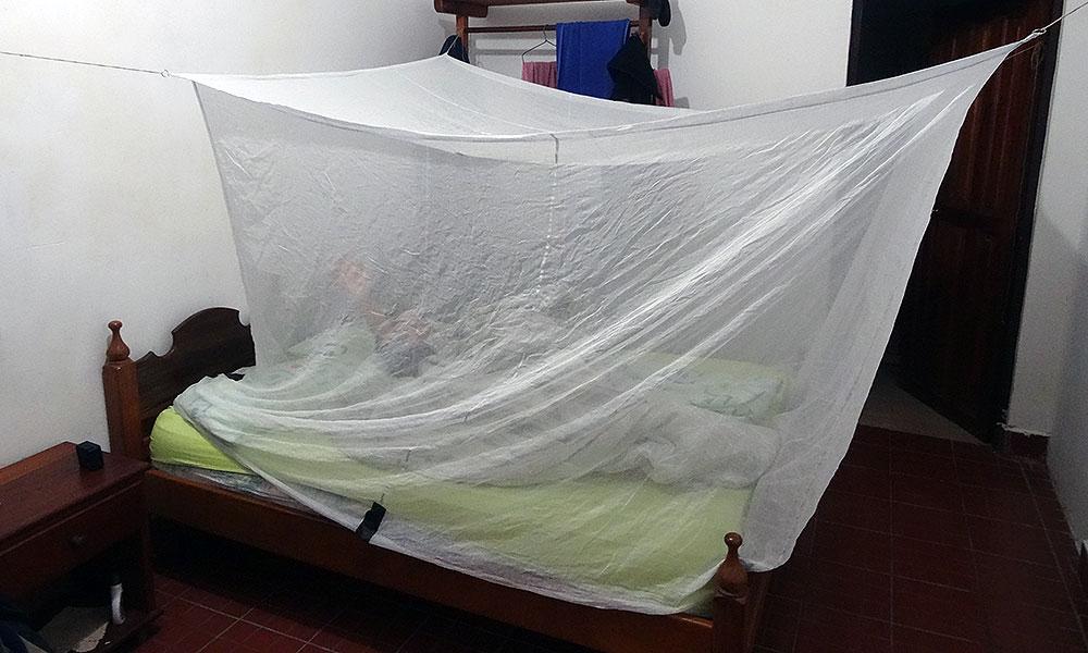 Moskitonetz über dem Bett