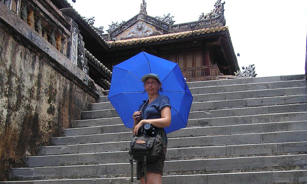 Sabine mit Regenschirm