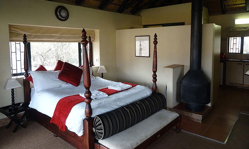 Schönes Bett in einer Unterkunft