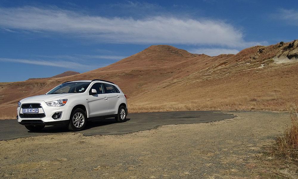 Weißer SUV am Berg
