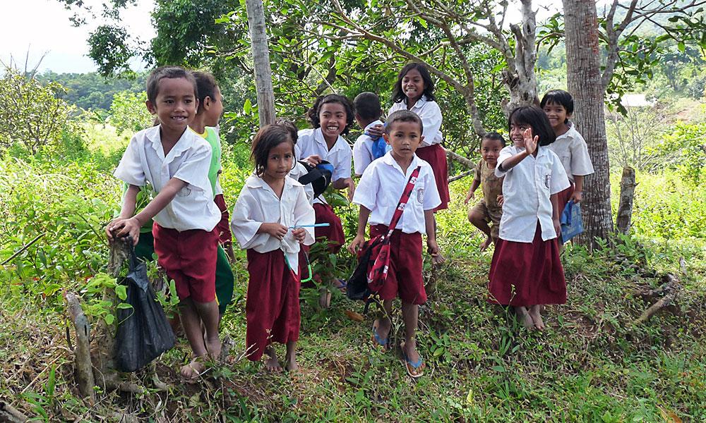 Kinder aus Asien in Schulkleidung