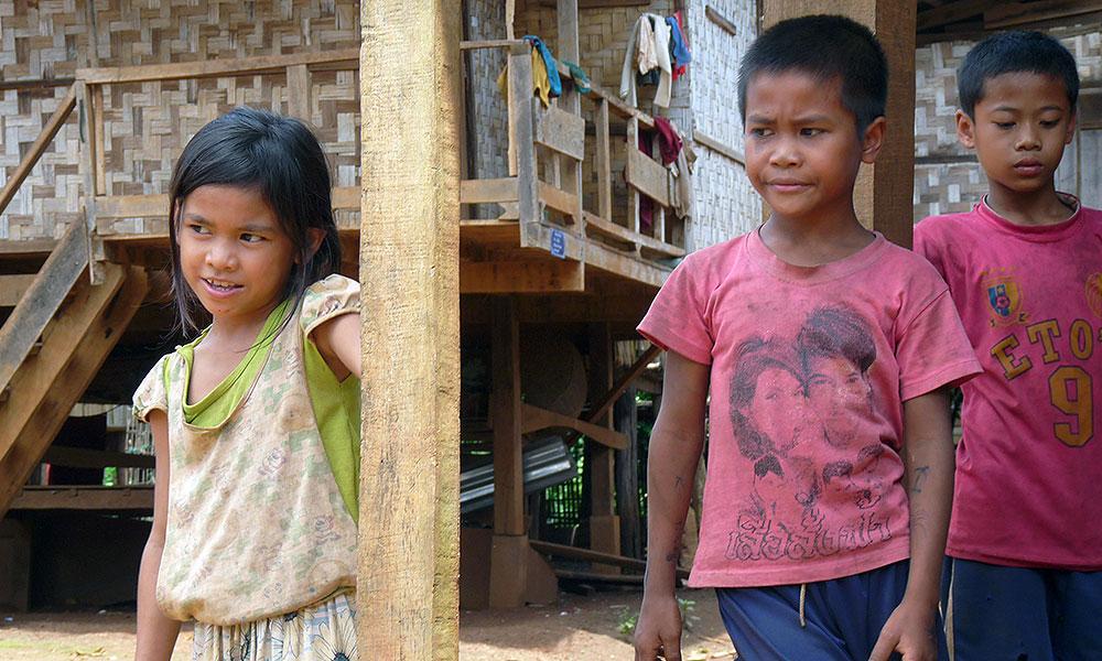 Drei ärmliche Kinder aus Asien