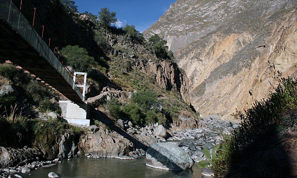 Brücke über dem Fluss im Colca Canyon
