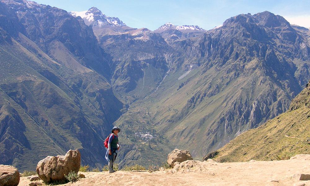 Frau vor riesigen Bergen des Colca Canyon