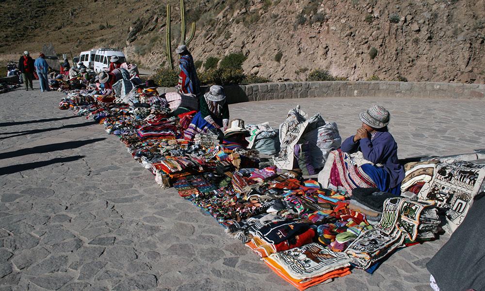 Peruanische Frauen verkaufen Handarbeiten