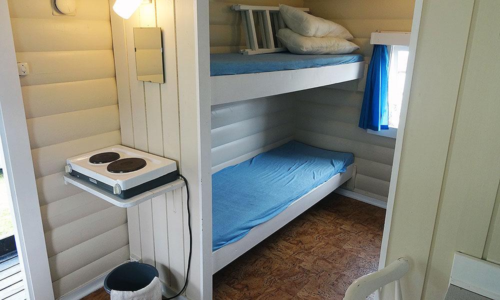 Hütte von innen mit Etagenbett und Kochplatte