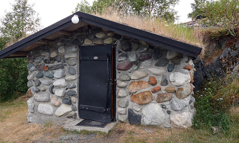 Steinhütte mit Grasdach
