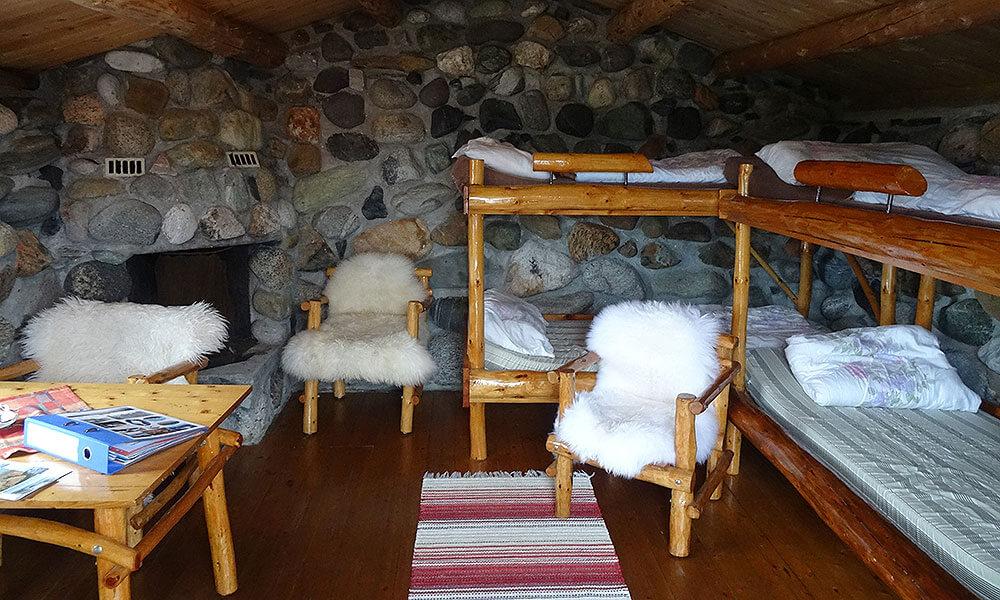Hütte von innen mit Schaf-Fellen auf den Stühlen