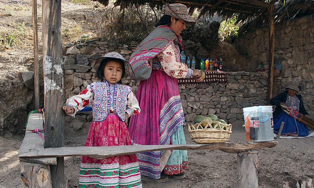 Mädchen und Frau an einem Verkaufsstand