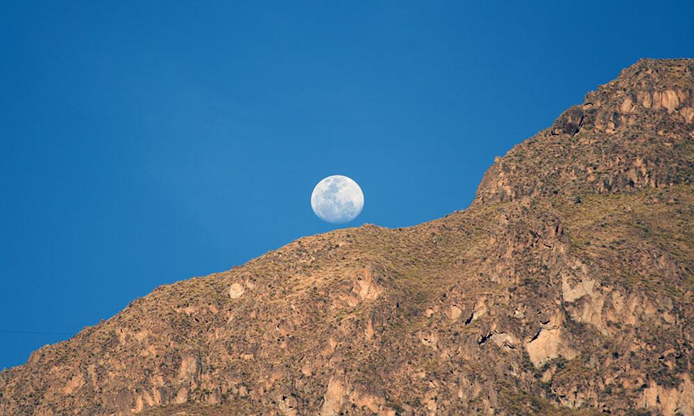 Mond hinter den Felsen