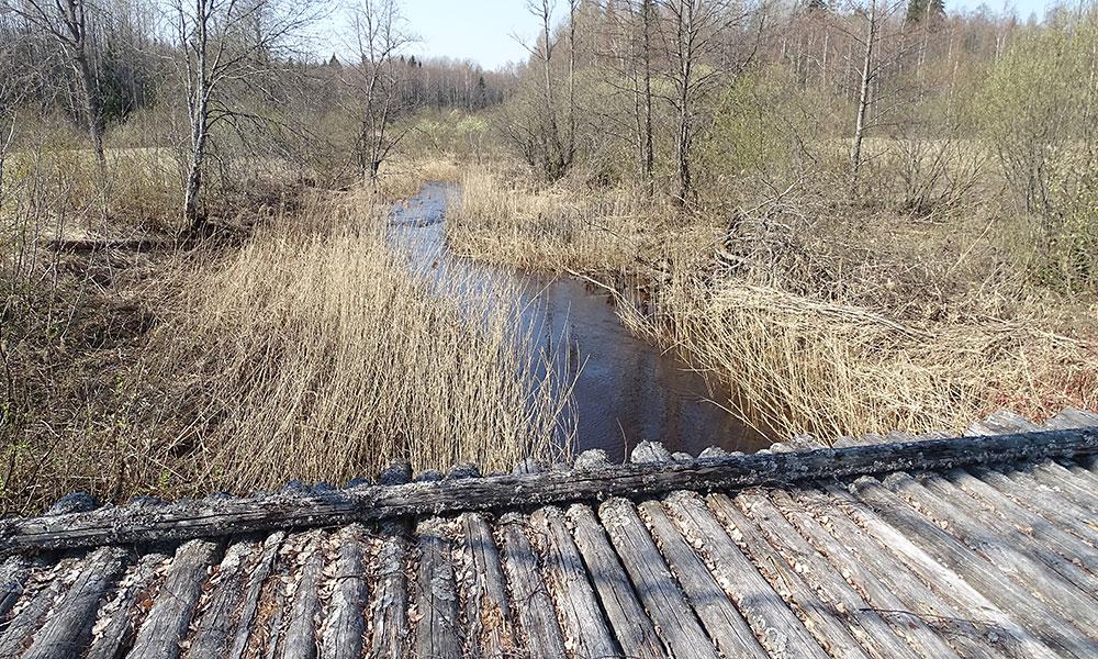 Alte Holzbrücke über einen Bach
