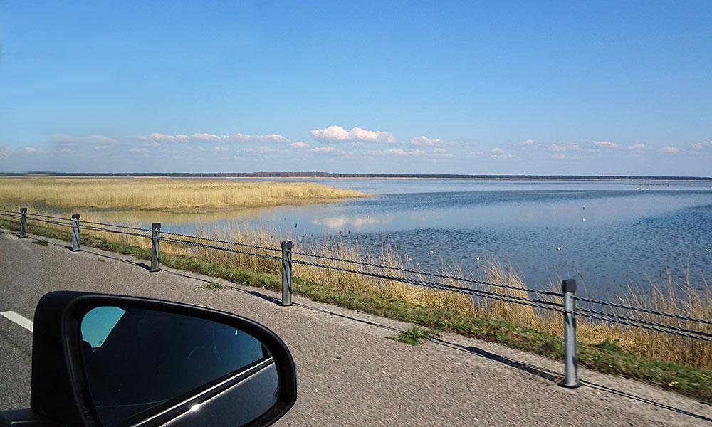 Blick aus dem Auto aufs Wasser