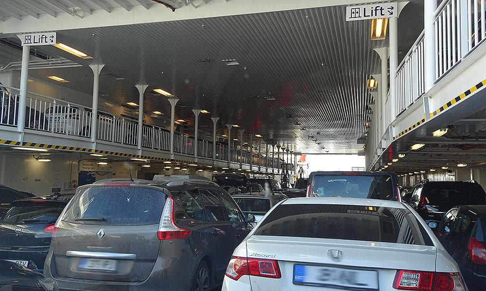 Autos unter Deck einer Fähre.