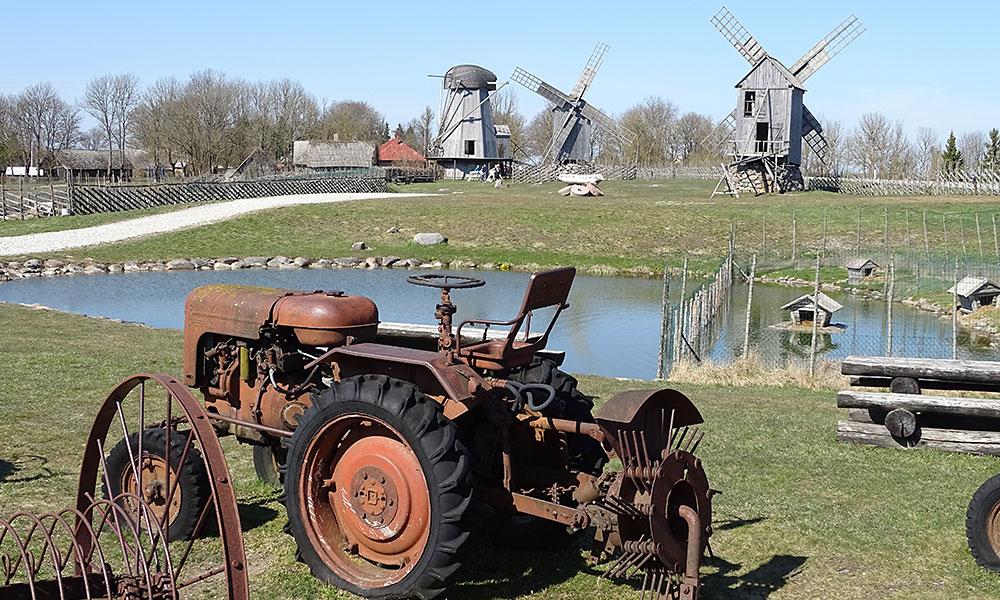 Museum mit Mühlen und alten Landmaschinen - Sehenswürdigkeit auf Saaremaa