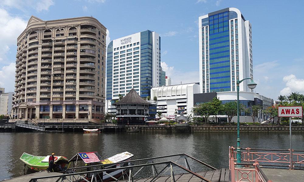 Hotel-Hochhäuser am Fluss