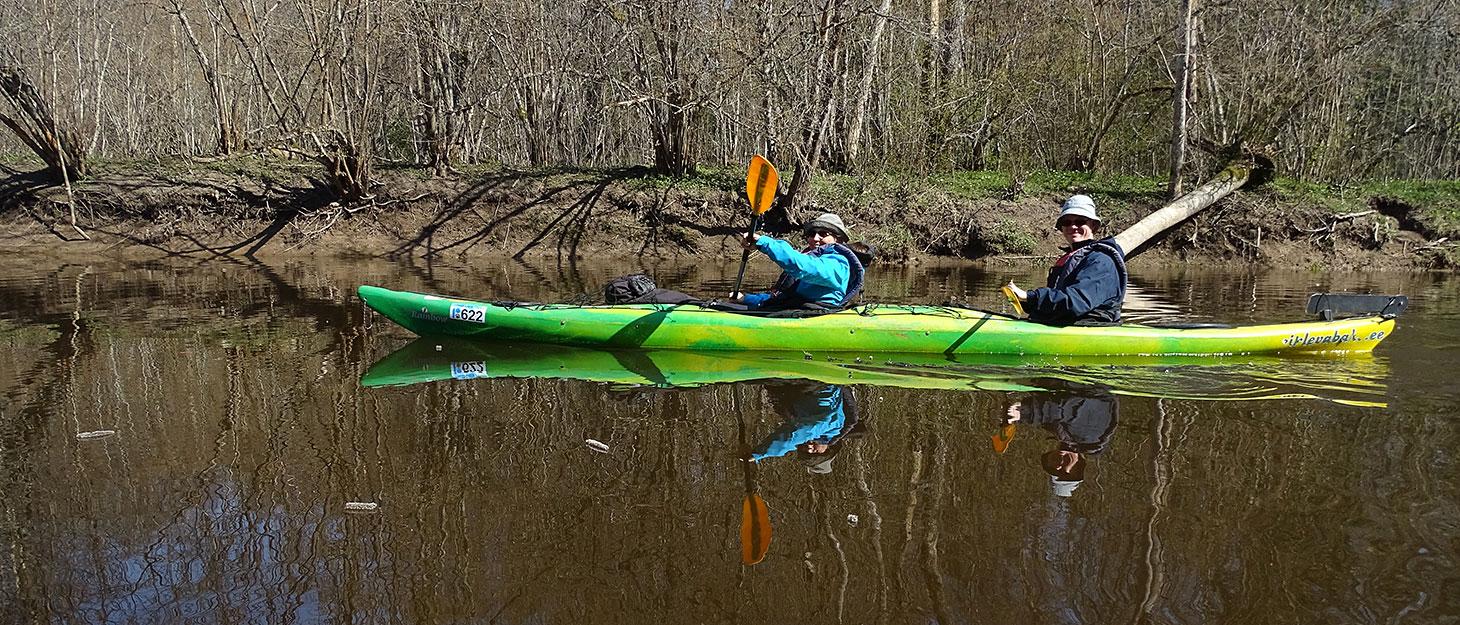 Zwie Leute beim Kayakfahren in Soomaa