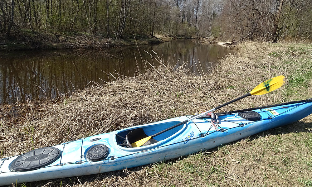 Kayak liegt an Land
