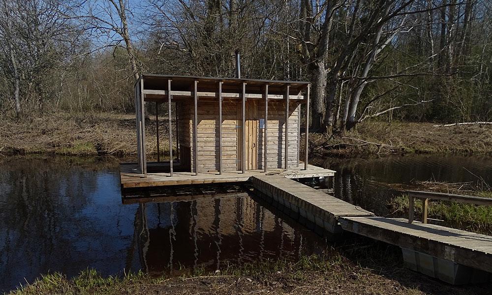 Holzhütte im Fluss