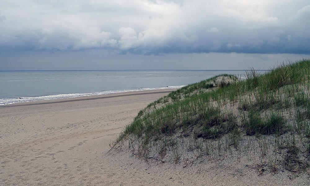 Blick über den Strand mit dunklen Wolken
