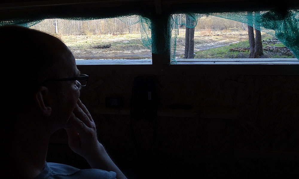 Mann wartet am Fenster