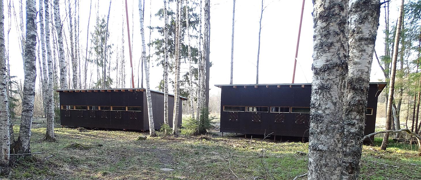 Bärenhütten im Wald