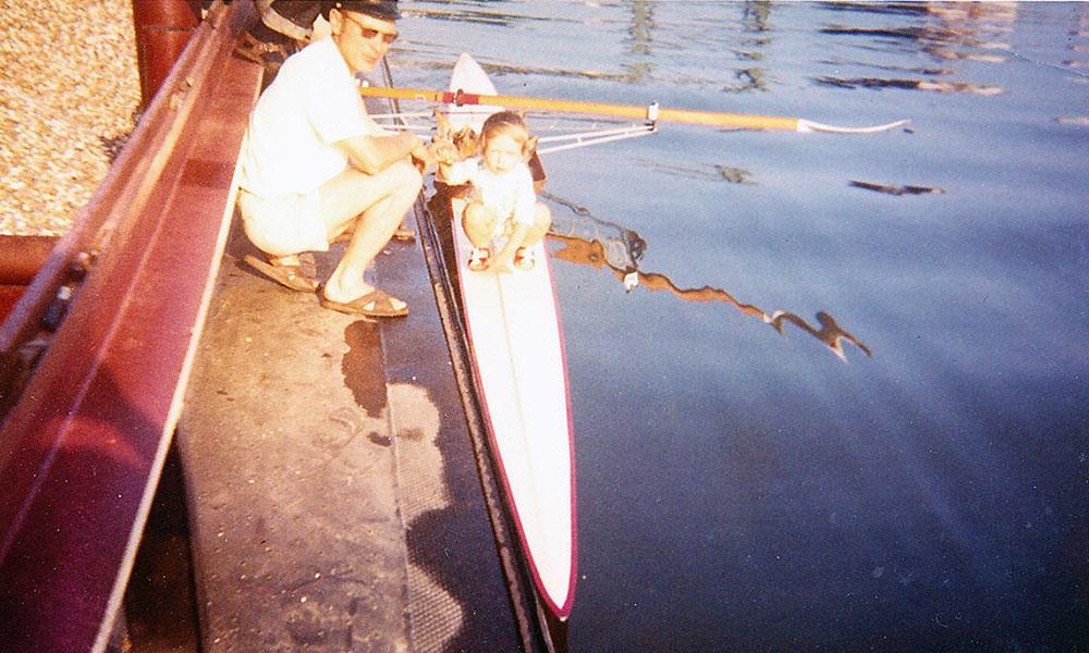 Kleinkind sitzt auf Ruderboot