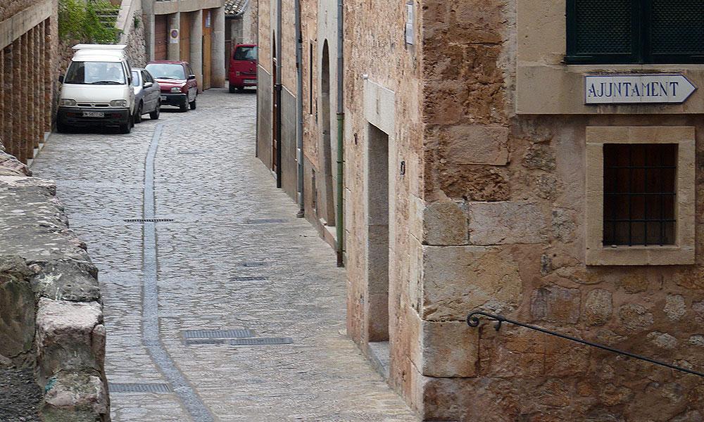 Autos parken auf Mallorca in enger Gasse