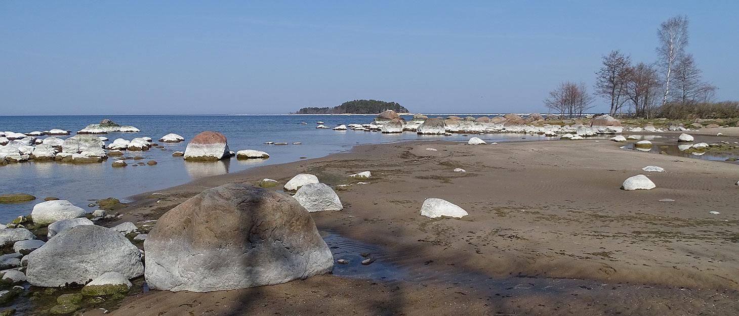 Strand mit Findlingen