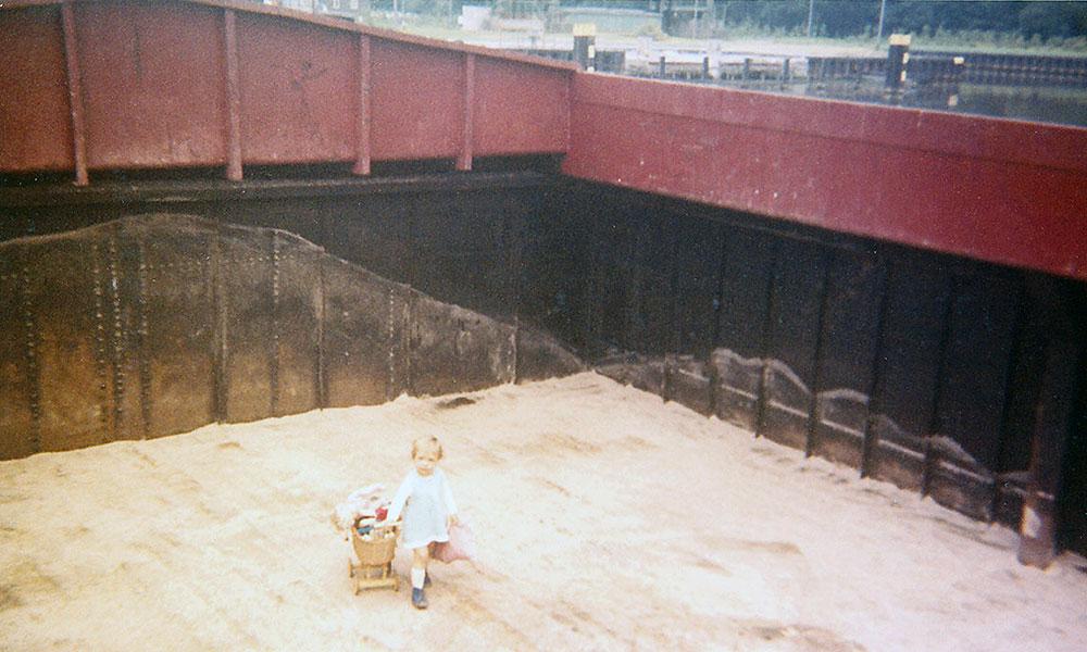 Kleinkind im Laderaum eines Schiffes