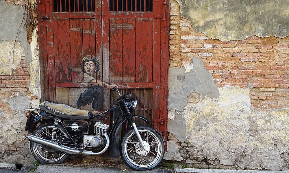 vergessenes Mofa/Motorrad mit Street Art Junge auf dem Sitz