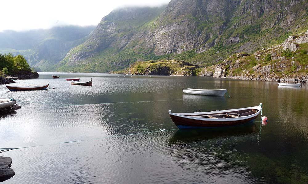 Boote auf einem stillen See in Norwegen