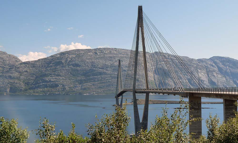 Brücke über Fjord in Norwegen