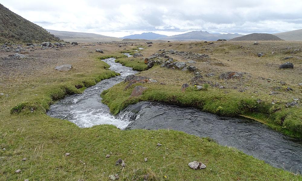 Fluss in Berglandschaft