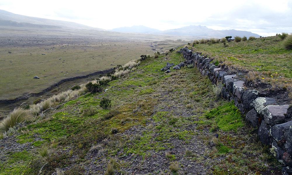Grundmauern einer Festung in den Bergen