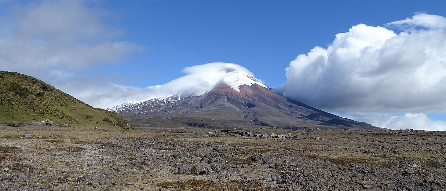 Berg mit Gletscher auf dem Gipfel