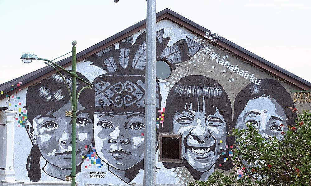 Wandgemälde mit Kinderköpfen