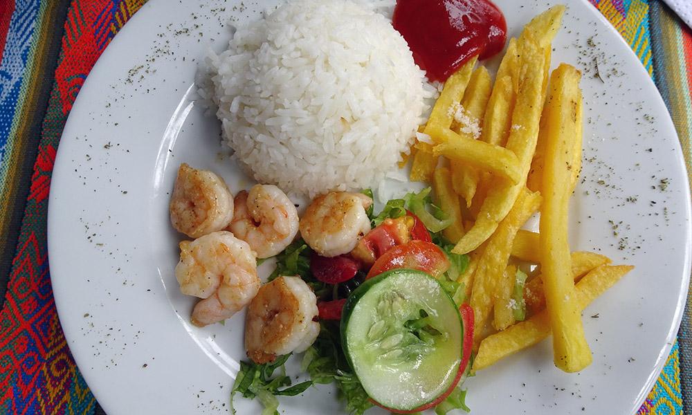 Teller mit Reis, Pommes, Gemüse und Shrimps