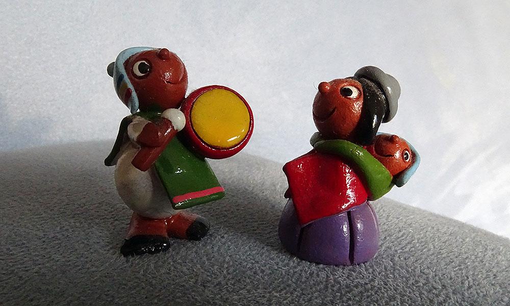 Zwei kleine Figuren, Mann mit Trommel, Frau mit Kind auf dem Rücken