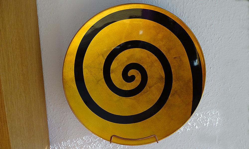 Goldene Schale mit schwarzem Kringel