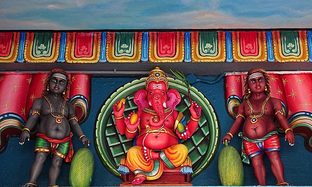 Elefantengott mit zwei Figuren