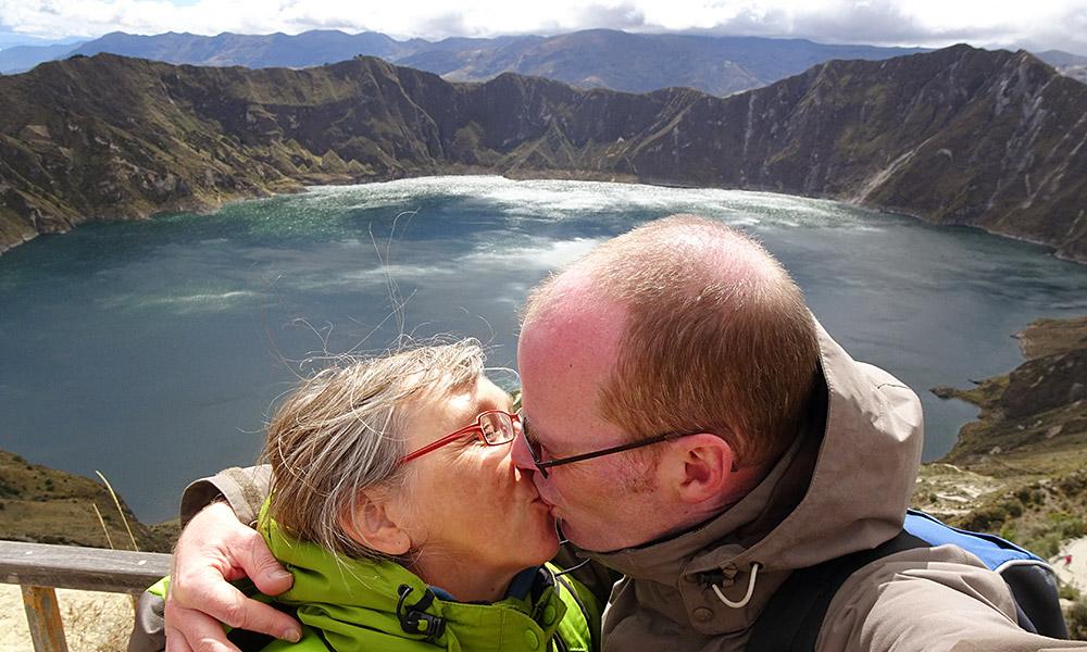 Sabine und Jochen küssen sich vor dem See