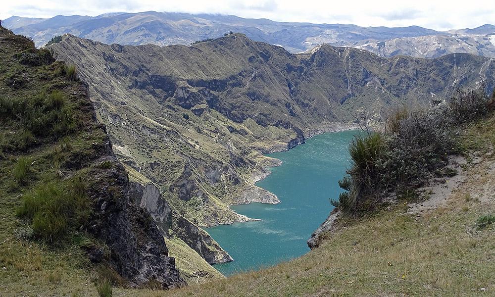Ufer des Sees in den Bergen