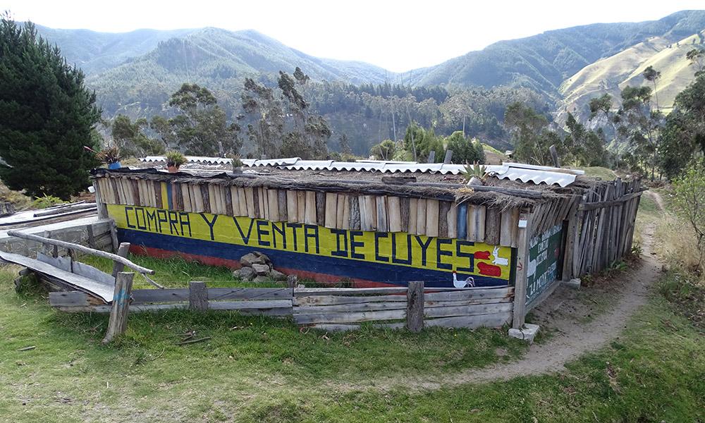 """Haus mit Beschriftung """"Compra y venta de cuyes"""""""